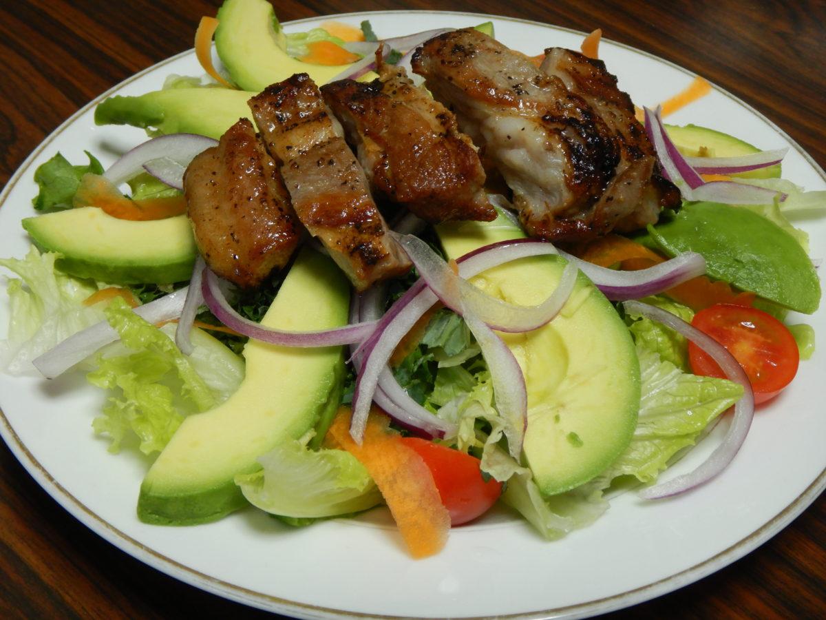 ガーリックポークサラダのレシピ!赤玉ねぎとアボカドを入れてカラフルに!