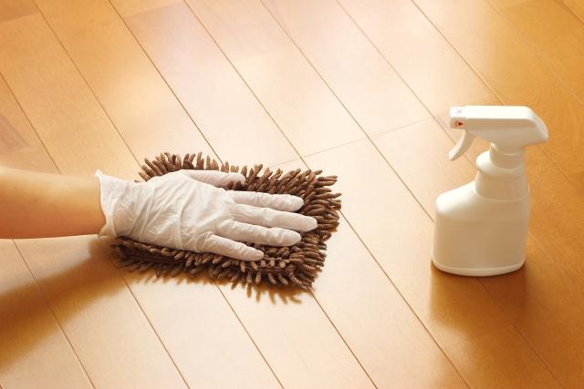 フローリングの汚れが取れない時はこれを使う!洗剤いらず!力いらず!