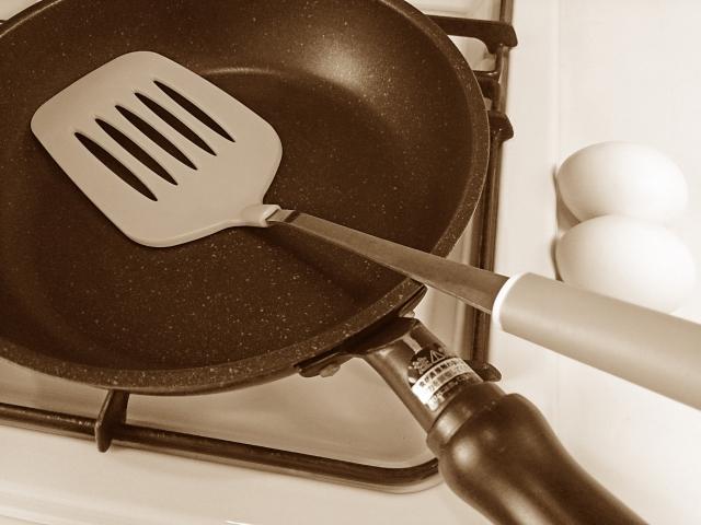 テフロン加工フライパンの焦げを落とす方法!焦げの原因や正しい使い方?