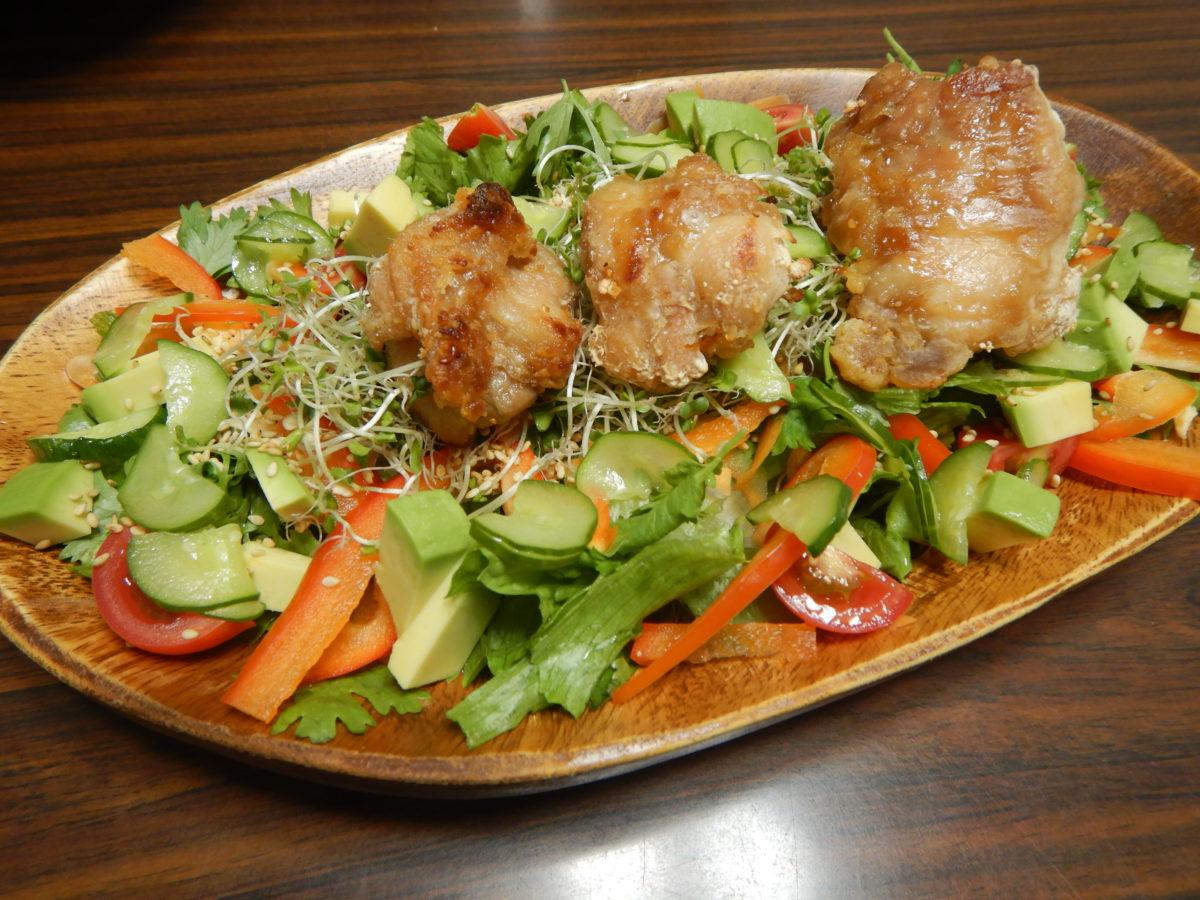 揚げない唐揚げと彩り野菜のサラダレシピ!インスタ映え間違いなし?